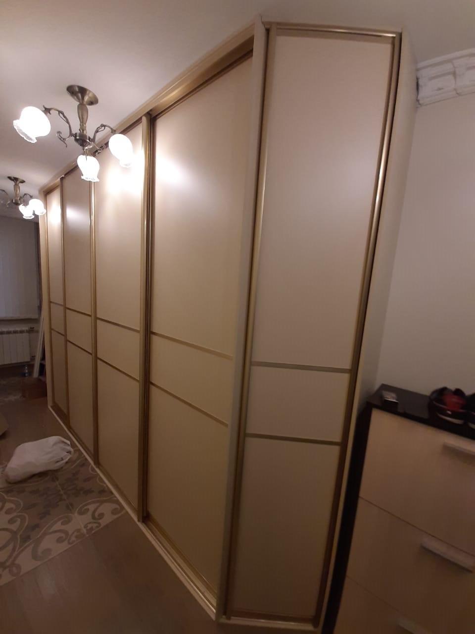 Шкаф в прихожую интересной формы