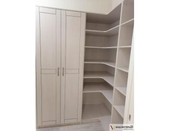 Гардеробная комната с закрытыми шкафами