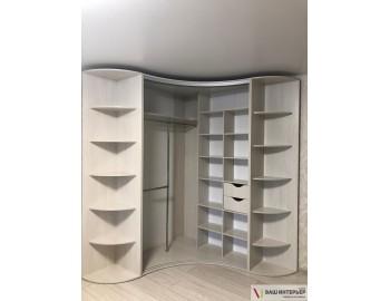 Радиусный шкаф-купе с интересным дизайном