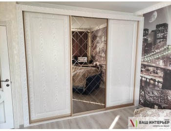 Шкаф-купе с дизайнерским фасадами в спальню