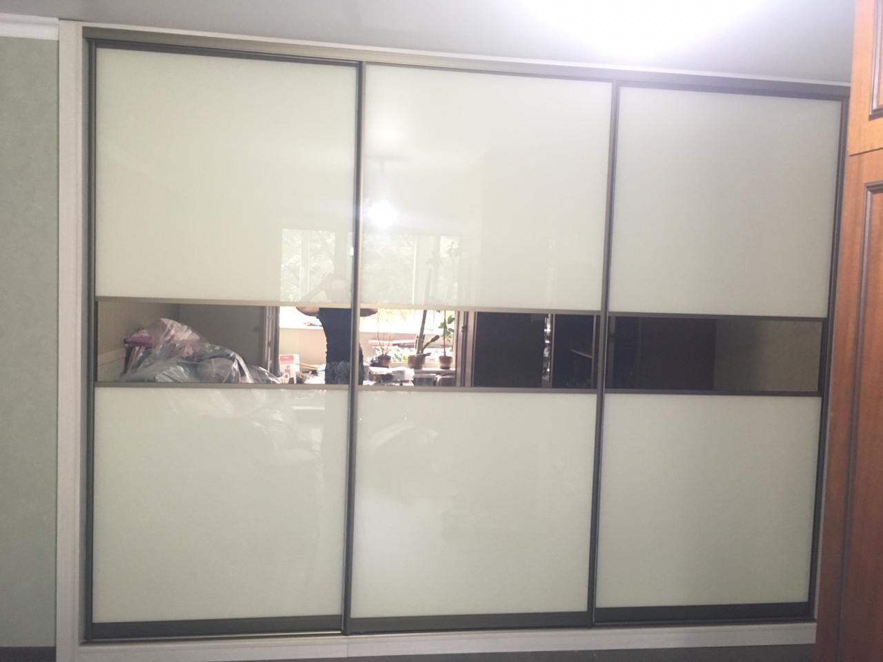 Встроенный шкаф с комбинированными фасадами
