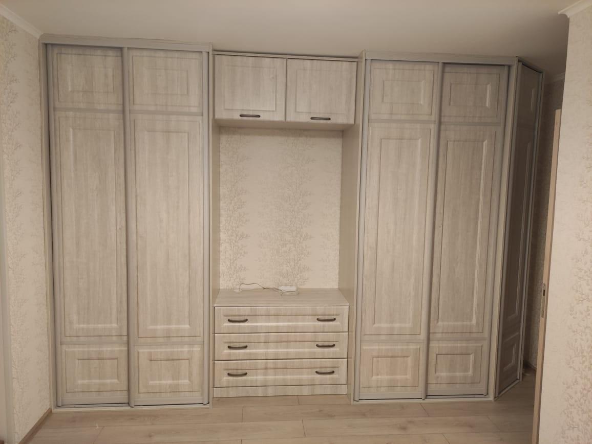 Гостиная со шкафами и местом под ТВ