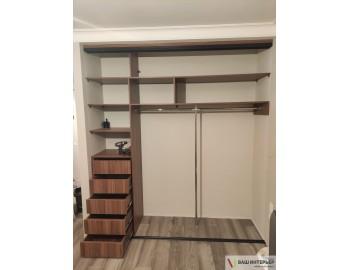 Встроенный шкаф с интересным дизайном (Лакобель)
