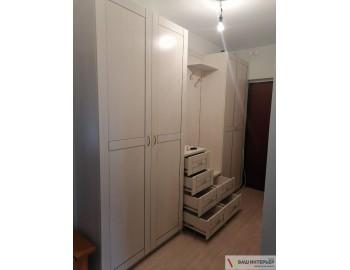 Распашные шкафы и тумба в прихожую