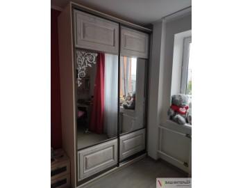 Шкаф-купе со вставками зеркала