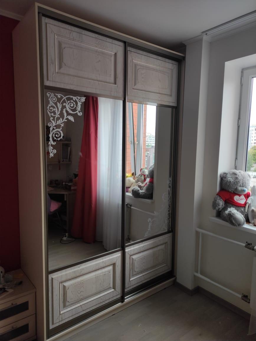 Шкаф с рисунком на зеркале
