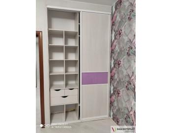 Встроенный шкаф с яркими фасадами