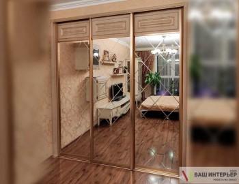 Встроенный шкаф-купе с гравировкой на зеркалах