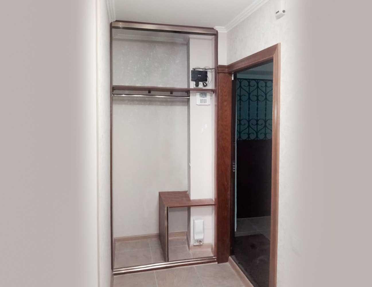 Встроенный шкаф-купе в нишу прихожей