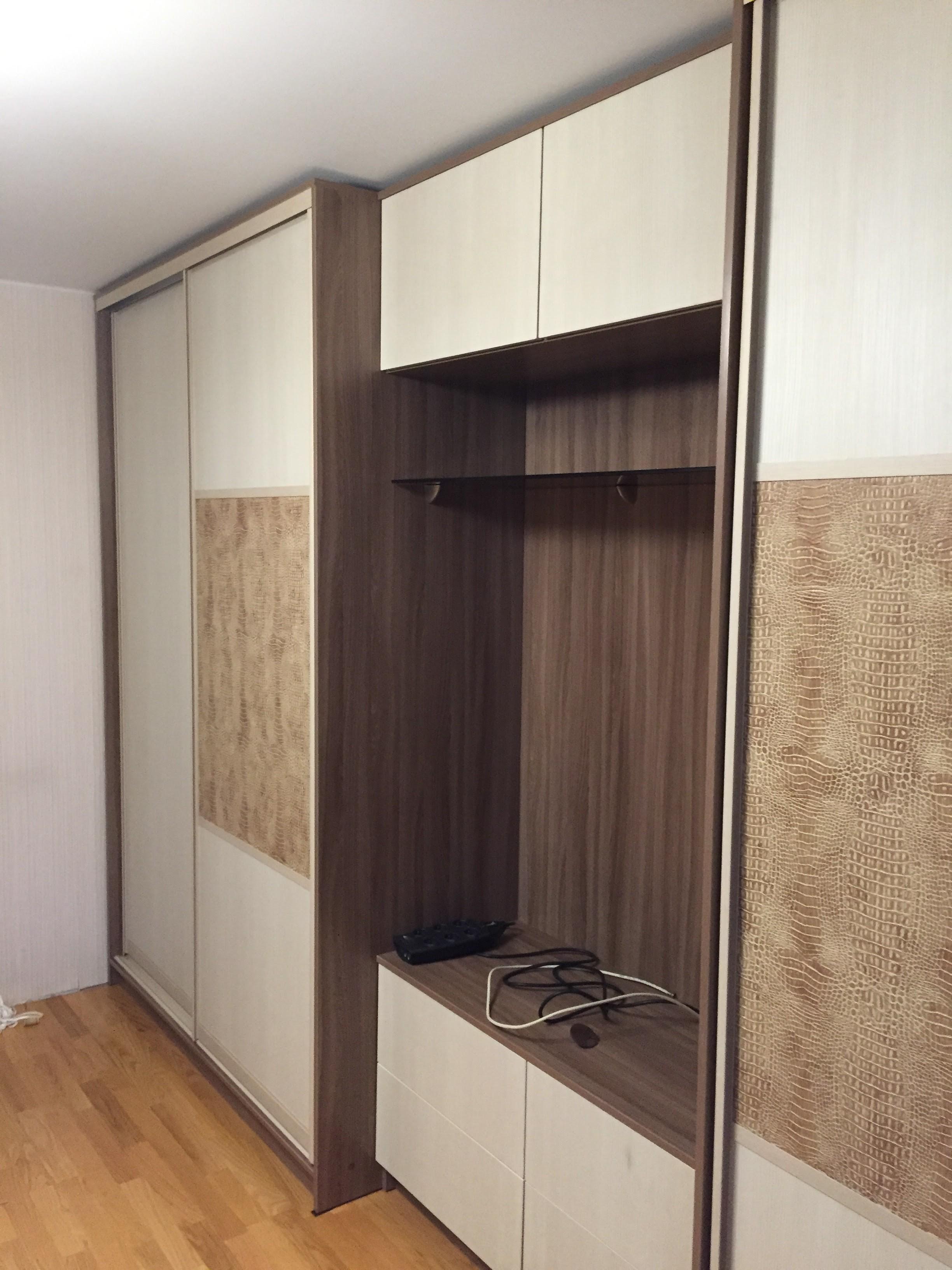 Шкафы-купе в гостиной комнате