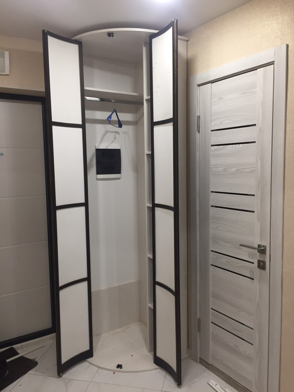 Радиусный шкаф в прихожую