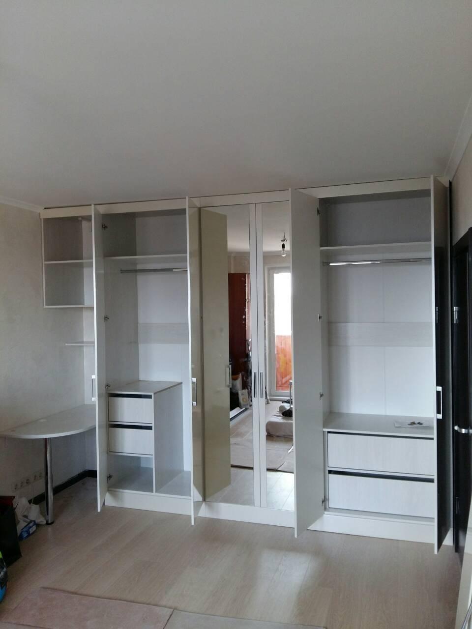 Распашной шкаф с интересным функционалом