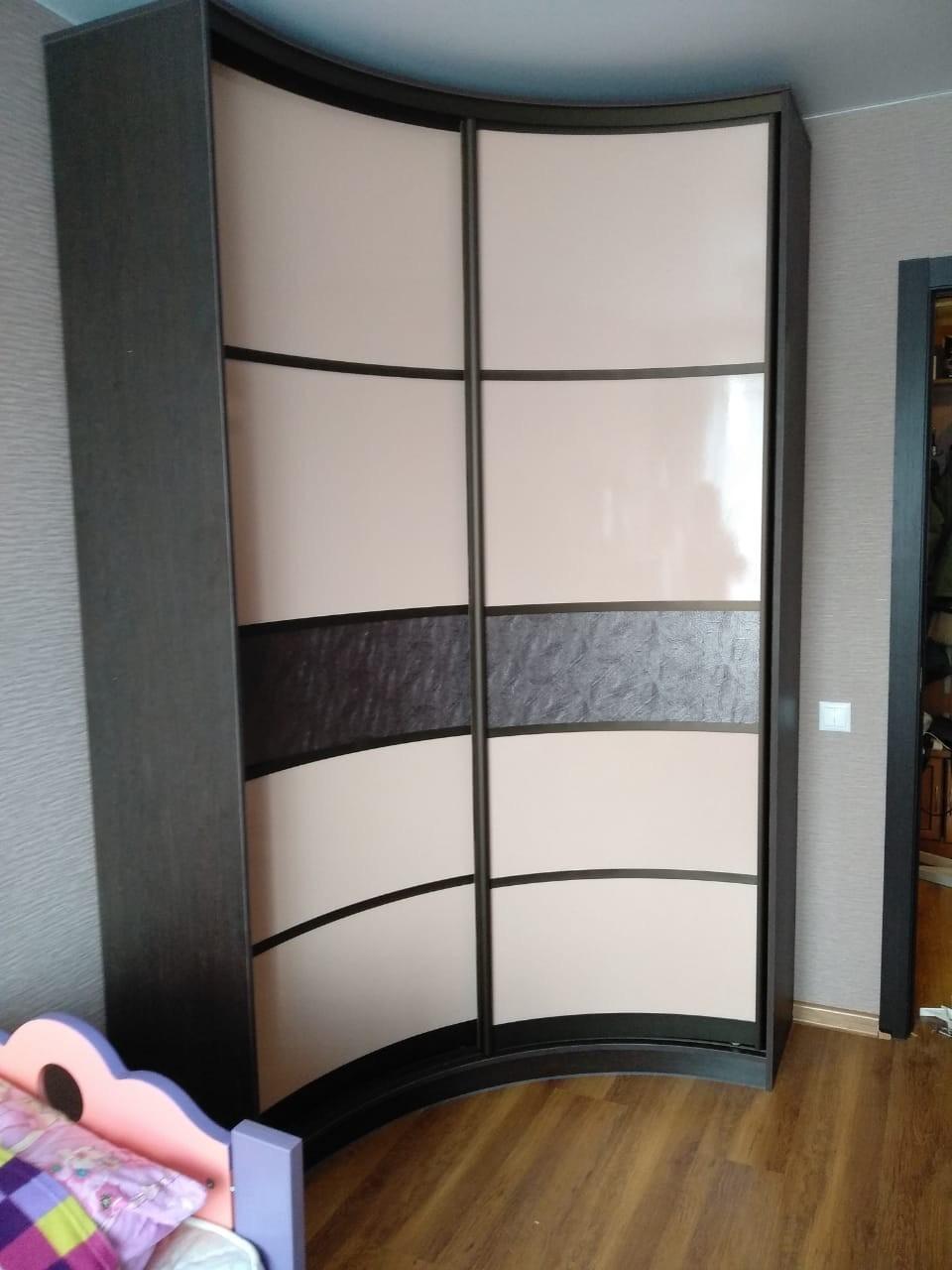 Радиусный шкаф-купе стекло лакобель