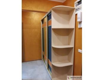 Шкаф-купе с яркими вставками