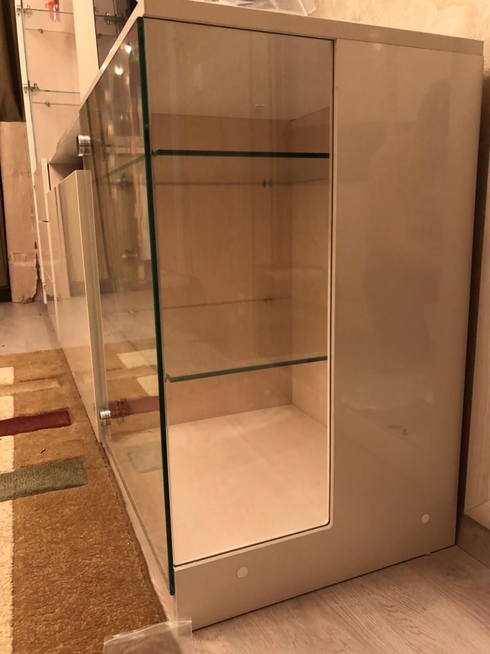 Гостиная со стеклянными полками