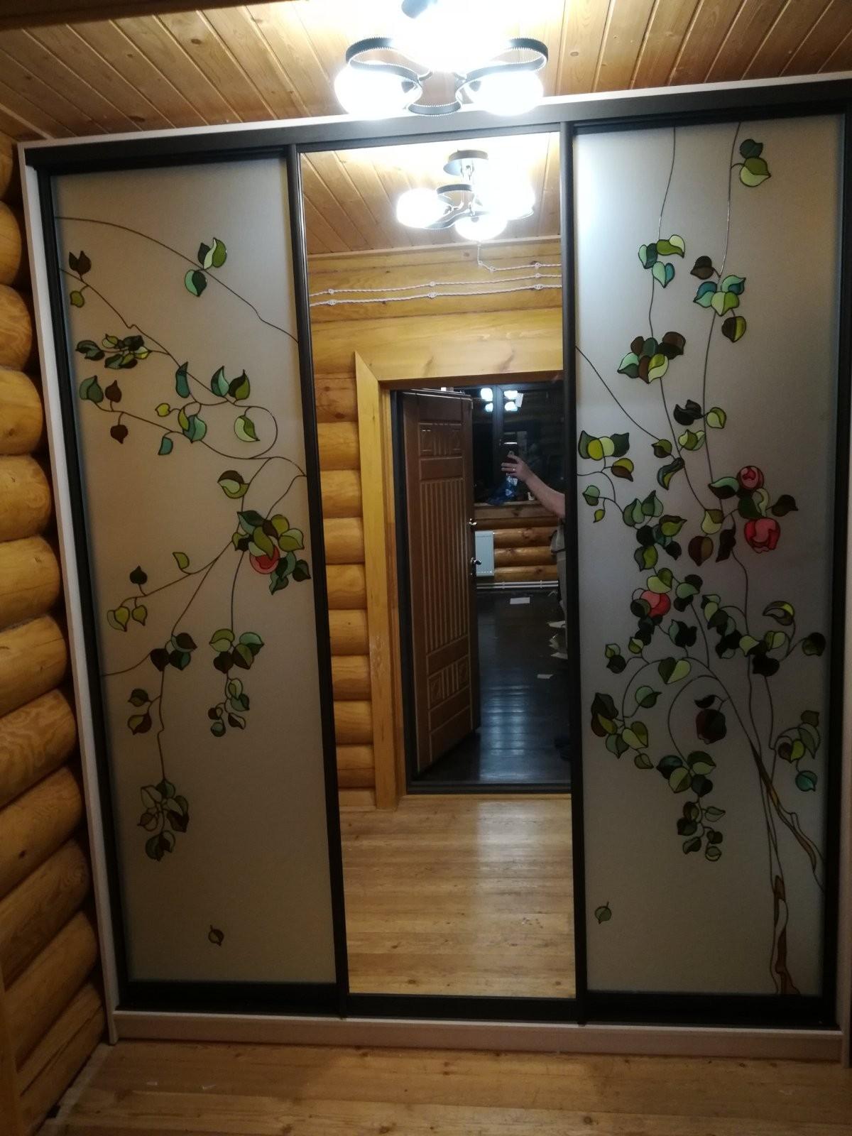 Встроенный шкаф с рисунком